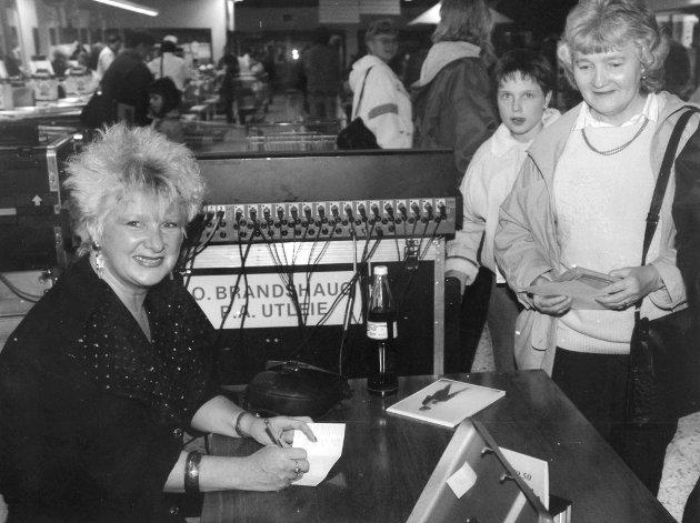 Country-artisten Lillian Askeland møtte fans på Morenen i 1983. Askeland jobbet i en periode som musikklærer på Hobøl ungdomsskole.