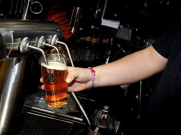 IKKE LETT: Når det oppleves som om alle rundt deg drikker alkohol, kan det kjennes ubehagelig å si nei, skriver forfatterne, som har noen tips til hvordan du kan få en hyggelig, alkoholfri sommer.