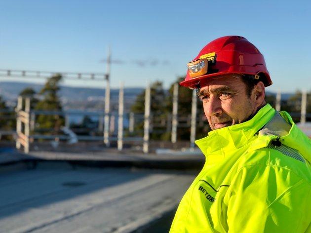 Amtas guide, driftsleder Roy Lund, på toppen av blokka.