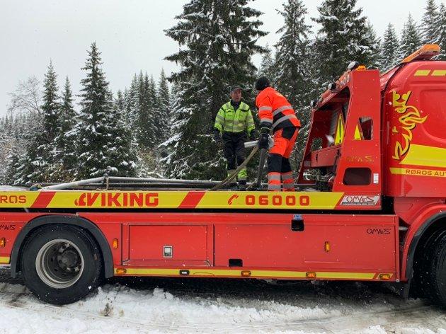 Bjørn Røistad og Trond Bonde klargjør løftebommene.