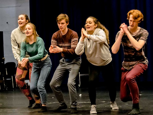 """""""Fedrelandet"""" - en revy i tiden!: Elevene ved Ås vgs satser på en skolerevy med aktuelle sketsjer og sanger. 7.mars er det premiere."""