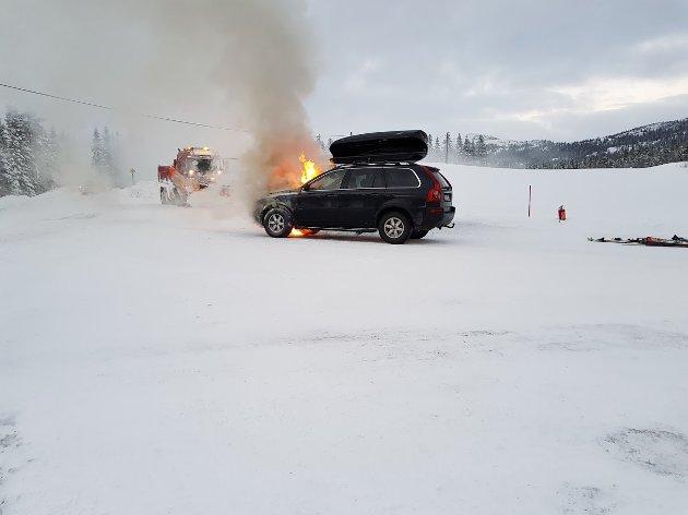 FLAMMER: Familien fra Jar var på vei til hytta da det begynte å brenne fra panseret.