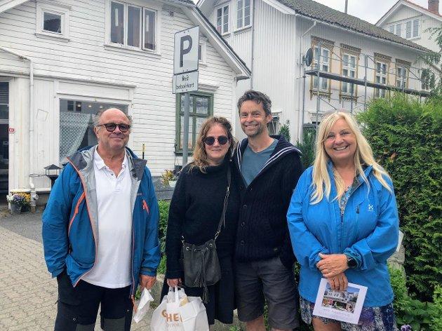 F.v.: Claes, Jane, Hans Petter og Brit kommer fra Svelvik og Drammen og ferierer i Risør: - Vi koser oss her, og har blant annet vært på Stangholmen og spist god mat.
