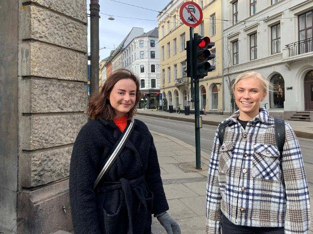 KVADRATUREN: Thea (23) og Siri (23) jobber som sykepleiere og skal bruke påsken til å jobbe. - Og kanskje komme seg ut en tur og få litt frisk luft.