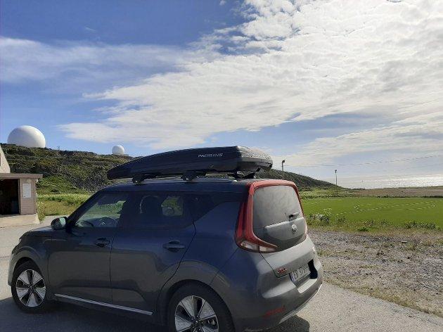 – Det ble virkelig spennende da vi måtte kjøre over grensen til Finland for å lade litt og oppdaget at ladekabelen vi trengte lå igjen hjemme, forteller innleggsforfatteren om kjøreturen gjennom Norge på langs. Foto: Privat