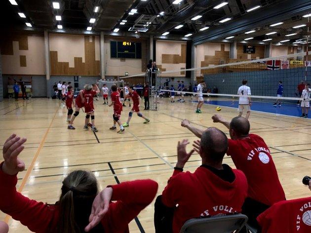 INNSAMLING: Eirik Roness, leder i Vikersund volleyballklubb, frir både til kommunen og lokale bidragsytere om å trå til for å samle inn 55.000 kroner for å få en hovedbane for volleyball i Modumhallen.