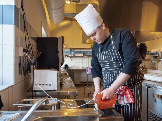 SAUSESJEF: Joakim Pedersen er egentlig lærling på restauranten Stakeriet i Alta, men mens den har vært koronastengt, har han hatt læretiden på sine gamle skole. Her er det bearnéssausen som lages.