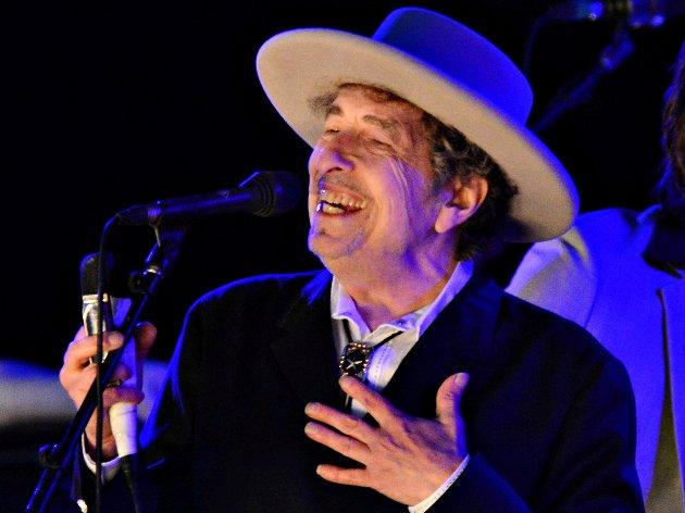 I sitt rette elemen: Bob Dylan på scenen, her på et bilde fra 2012. – Han ville følt seg fullstendig fortapt blant kongelige og stivpyntede festdeltagere, skriver Carl Johan Berg.