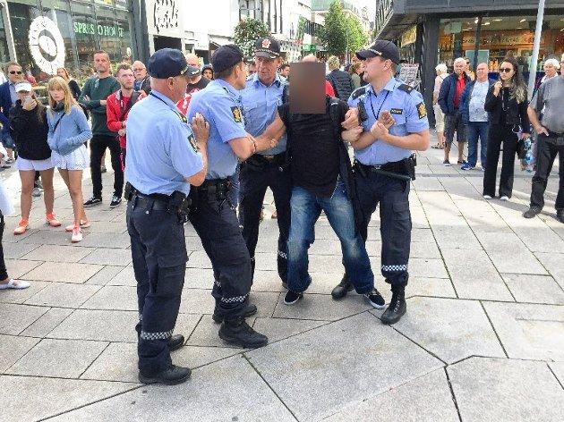 Politiet tok hånd om en mann under demonstrasjonen lørdag. Bilde fra Fredriksstad Blads nyhetssak.