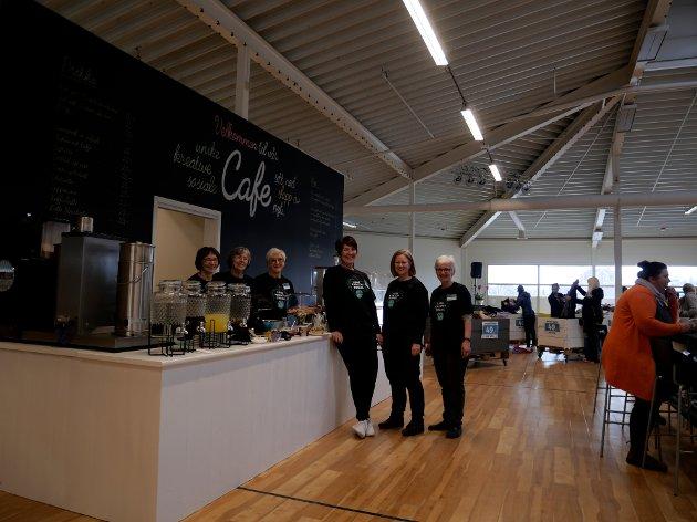 Nå er de 30 frivillige i butikken. Noen holder stand i kafeen. Fra venstre Torill Sletten, Eva Marsell, Karin Sofie Guldbrandsen, Elisabeth Bjørnli Larsen, Torild Noodt, Ane Lise Lundberg.