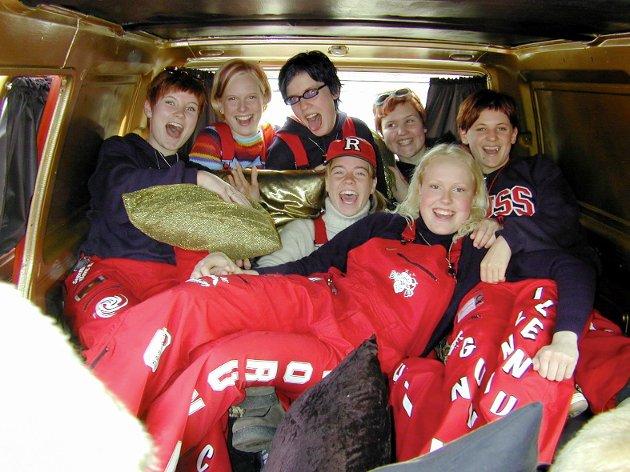 Kongsvinger: 10.05.2000 Det er alltid god stemning inni russebil under russefeiringen. Det kunne disse festglade jentene bekrefte.