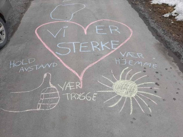 OPPMUNTRING: Filip og Anette skrev oppmuntrende ord på asfalten hjemme på Grua før påske.