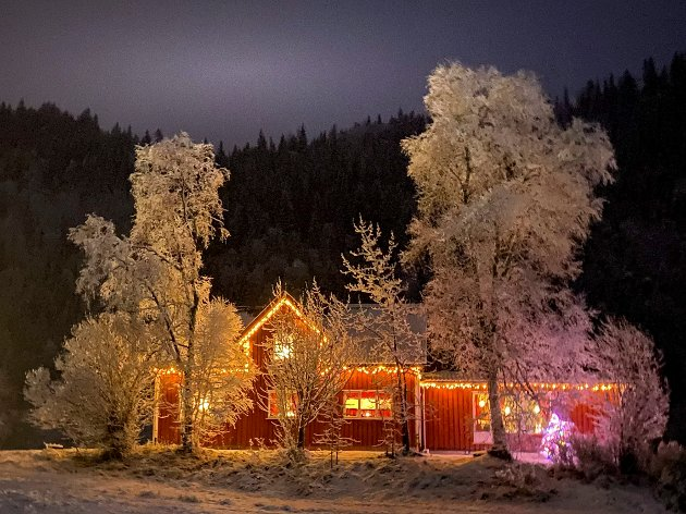 Julesnøen har kommet, og mange julepynta hus lyser opp mørketiden for mange av oss. I år har veldig mange pyntet husene med lyslenker, og denne boligen i Bjørnådalen fanger nok oppmerksomheten til de fleste bilistene langs E6.