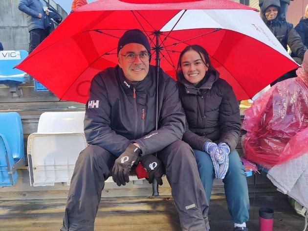 Pappa Jan Ove Hansen og søster Camilla Dyring satt trygt under paraplyen og heiet på Natalie Dyring Hansen som spilte kamp i regnet.