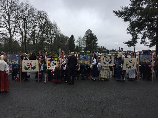 Venter på innmarsj: Elever ved Aursmoen skole stilles opp for gudstjenesten i Aurskog kirke.