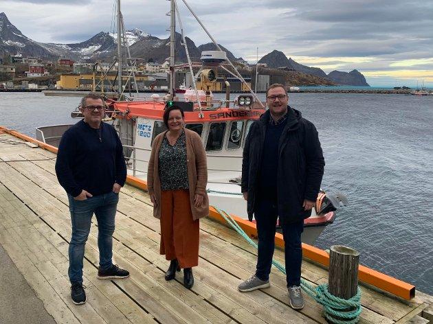 På Husøya høsten 2020, fra venstre: Rolf-Bjørnar Tøllefsen, Rita Karlsen og Erlend Svardal Bøe.