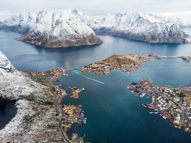 Verdensarv nummer ni i Norge bør bliNordnorske fjell og kystlandskap. Et område som omfatter Hinnøya, Vesterålen og Lofoten. I alle fall. Antakelig bør et større geografisk område med. Men hvem fronter saka? skriver Gro Reppen. Bildet viser Reine i Lofoten.