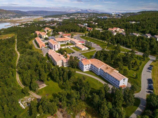 Våre pasienter trenger enkel tilgang til tur- og aktivitetsmuligheter i tilrettelagte og frie nærområder. Det reduserer opplevelsen av å være innestengt, øker opplevelsen av autonomi og gir mulighet for større grad av fysisk aktivitet. En avstand på flere hundre meter for å komme til et rolig område er ofte uoverkommelig for de dårligste pasientene, skriver overlegene bak dette innlegget. Bildet viser dagens bygninger på UNN Åsgård i Tromsø.