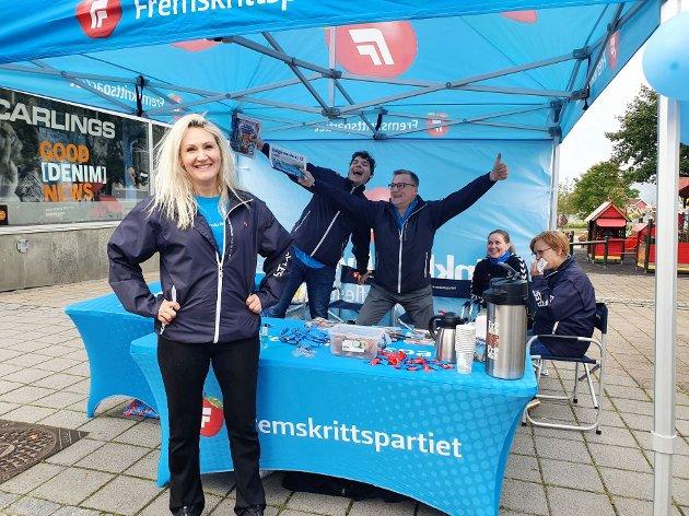 Tone Iren Holmen, Kristoffer Andersen, Dagfinn Olsen, Heida Vidarsdottir, Grethe Anita Andersen fra FrP på stand. Foto: Frp