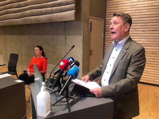 OPPDATERING: Ordfører Gunnar Wilhelmsen og kommuneoverlege Kathrine Kristoffersen holder ny pressekonferanse på rådhuset i Tromsø torsdag.