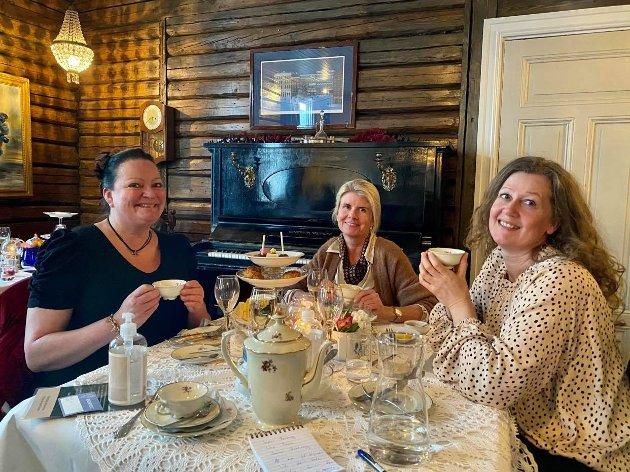 VELDIG GODT: Sophie Forberg, Linn Fosso og Janne Brateng sier at det er veldig god mat på Afternoon Tea.