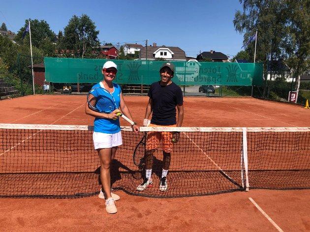 TENNISKONKURRANSE: Martha Marcinkowska og Mohammed Bouzidi  fra Gjøvik tennisklubb møter hverandre i duell søndag formiddag.