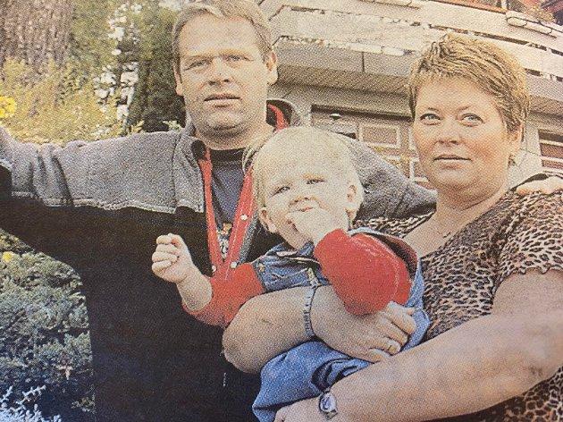 BOLIGKJØPERE: I 2003 skrev ØB om Stein Nøsting og Tonje Alnøs, som kjøpte en livsfarlig bolig. De gjorde hva de kunne for å avdekke feil og mangler ved boligen de kjøpte. De fikk ikke vite at badet manglet elektrisk jording, og kunne vært livsfarlig. I tillegg var garasjen falleferdig og husets bunnsviller råtne. Her er de sammen med Maia på armen.