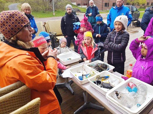 """Anne Lise Bekken fra Oslofjordens Friluftsråd snakker med barna om dagens """"fryktelige"""" fangst."""