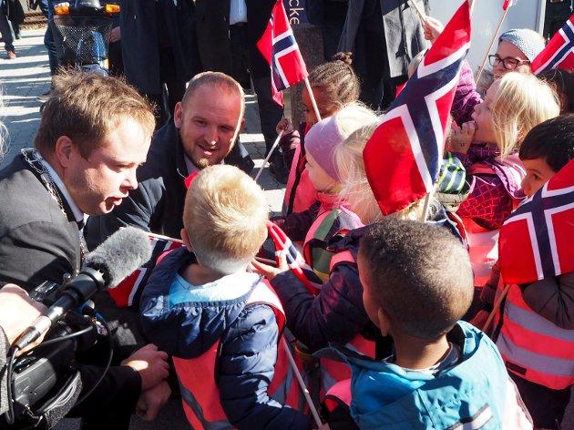 Ordfører Robin Kåss (Ap) og samferdselsminister Jon Georg Dale (Frp) tok seg tid til en prat med ungene som hadde møtt opp på togstasjonen.
