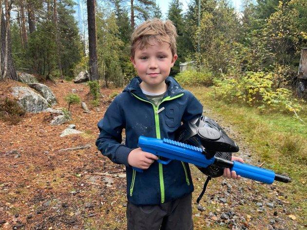 Gøy: Svein Leander (10) synes det var gøy med paintball.