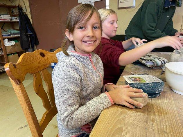 Koste seg: Marthe Lykke Brekklund Sæves (10) synes det var kjempegøy å få prøve seg på keramikk.