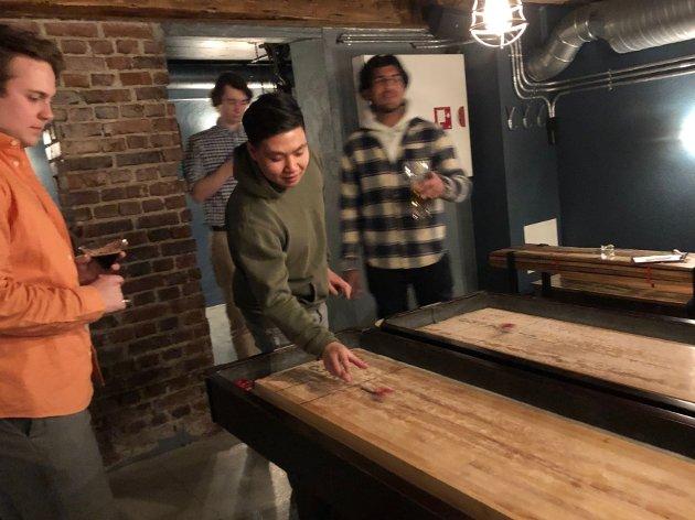 Kompisene Alexander Ytterbøl (20) (f.v), Dennis Tran (24), David Sanden (25) og Shan Chaudhry (20) spilte shuffleboard med kollektivet fredag kveld på Værket.