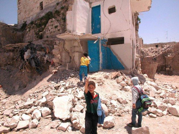 Vestbredden, Nablus, Palestina. Store deler av bydelen al-Yasmina i gamlebyen i Nablus ble jevnet med jorden av israelske bombefly i april i fjor. Flere tusen ble hjemløse etter de omfattende militæraksjonene i byen. Barna bruker det tidligere boligkvartalet som lekeplass. Foto: Yngvil Mortensen / SCANPIX
