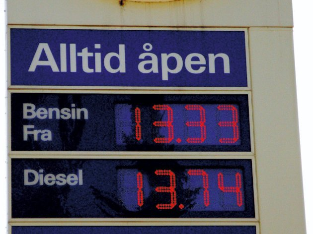 Sjokkbehandling: Dersom økt pris på bensin og diesel skulle få folk til å kjøre 19 prosent  mindre med bensin- eller dieselbiler, må prisen på bensin og diesel ifølge Norsk Transportøkonomisk institutt økes til det dobbelte, altså ca 28 kroner literen. Foto: Nina S. Skyrud