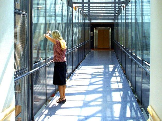 Uten lov? Kan en lukket psykiatrisk avdeling lage egne rutiner på grunnlag av retningslinjene, der de rutinemessig skjermer alle pasienter som har «kontinuerlig observasjon»? Illustrasjonsfoto: Tone S. Quiller