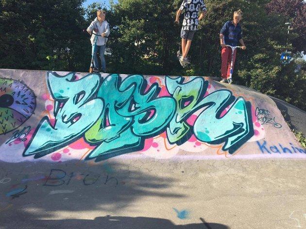 """Graffitigruppa koste seg og lagde en piece ved skaterampa på tirsdag denne uka. Kim Kolstad lærer ungdommene, også kalt """"Lakk og lær"""" (l.o.l), og spraye disse fantastiske kunstverkene. Kim lagde outlines som ungdommen fylte inn. De fikk også lov til og møte Rodrigo som er en brasiliansk graffiti kunstner som gjør graffiti for den kulturelle skole sekken."""