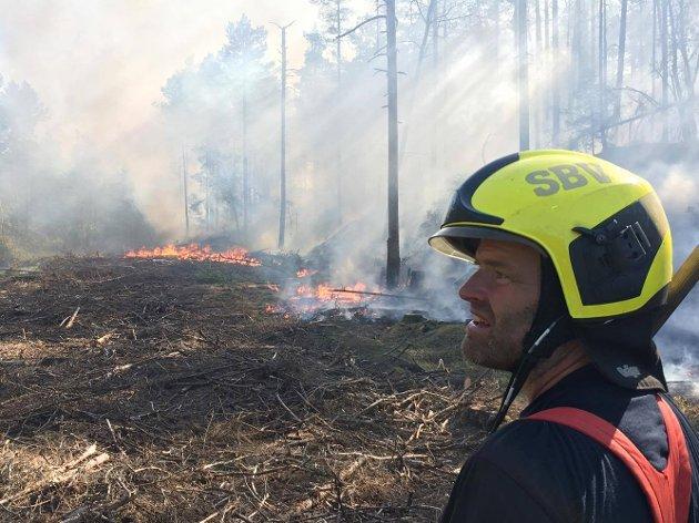 Brannmennene fra Sarpsborg brannvesen jobbet på spreng for å få kontroll på brannen fredag ettermiddag.