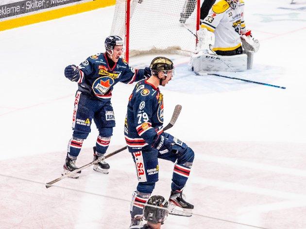 Spartas spiller Emil Lundberg jubler sammens med resten av laget etter at han setter inn 3-2 og avgjør kampen mot Ringerike i Sudden. Foto: Jesper Malthus-Andersen