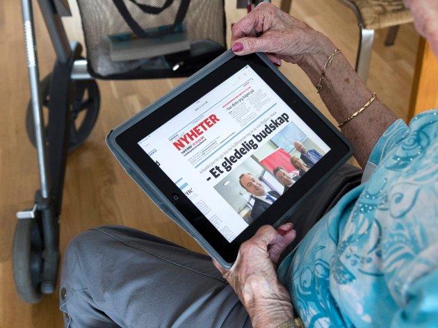 ELDRE: Våre auge og våre stivare fingerledd orkar ikkje så mykje nettlesing, skriv Laila Grønbæk (90).