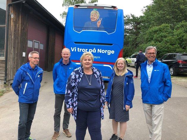 Erna besøkte Tønsberg og Færder i sommer. Her sammen med Tom Mello, Erlend Larsen, Renate S Berge og Jan Helge Fosse. De to sistnevnte er stortingskandidater fra Færder.