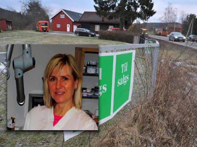 ØNSKER HJELP: Sonja Helgerud har fått avslag på å få løst inn eiendommen langs rv.4 mellom Kjul og Rotnes. Ole-Erik Yrvin viser til en avtale i Drammen hvor slik innløsning lot seg gjøre.