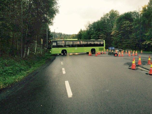 Rundkjøringen er for liten til busser, i hvert fall så lenge kjeglene hindrer bussen i å kutte svingen. Her trengtes flere ryggeoperasjoner før denne bussen kunne sette kursen mot Oslo.