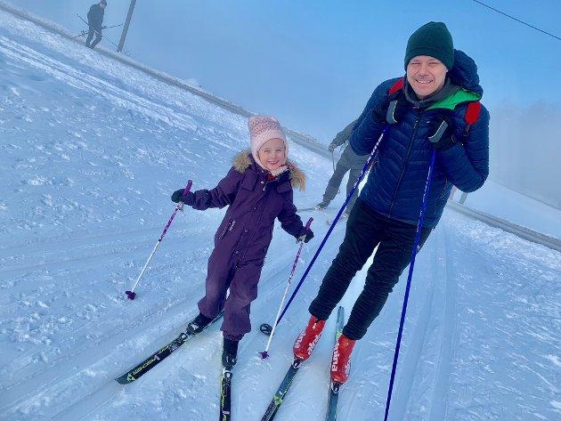 Sofie (5) og pappa Petter fra Nesodden tok turen ut i tåka og startet ved Berger.