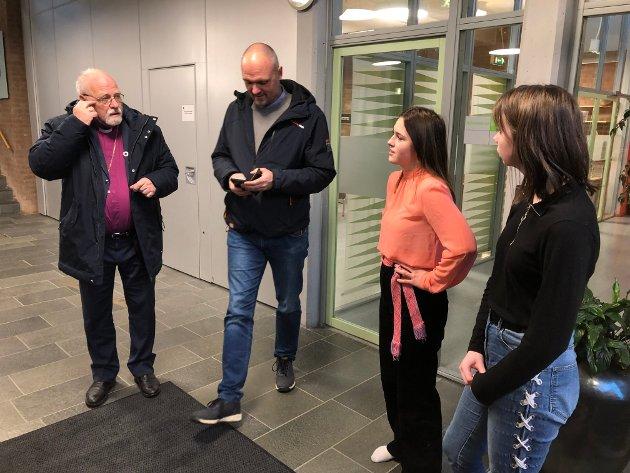 Biskop Atle Sommerfelt, hans assistent Endre Fuyllingsnes med sine to guider Elise og Alise.