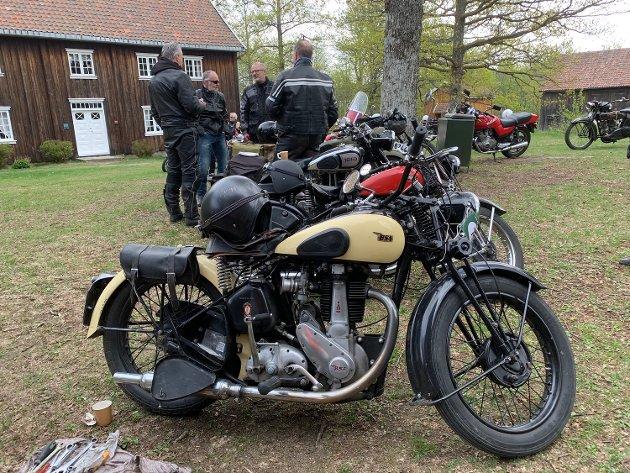 Søndag 5. mai rullet 28 veteranmotorsykler inn på Follo museum i Drøbak.