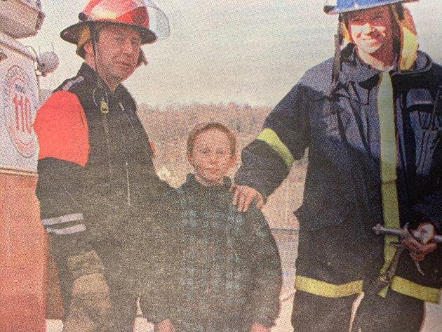 Snarrådige Mauritz Rudshaug ble brannfolkenes helt da han varslet om flammer i gress og kratt ved Ullerudbakken i Frogn. - Jeg kunne nødnummeret, for pappa er brannmann, fortalte Maurtiz som på bildet står sammen med brannmennene Truls Andersen og Anders Hermansen.