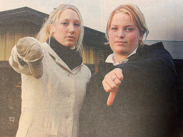 Elevrådrepresentatene Mia Røsholdt Jacobsen og Camilla Abrahamsen ved Nesodden videregående skole mislikte sterkt forslaget om å kutte ut gratis skoleskyss i den videregående skolen. - Et aldeles håpløst forslag, sa jentene. Spørsmålet om hva som ville skje med skoleskyssen ble senere avgjort i fylkestinget.