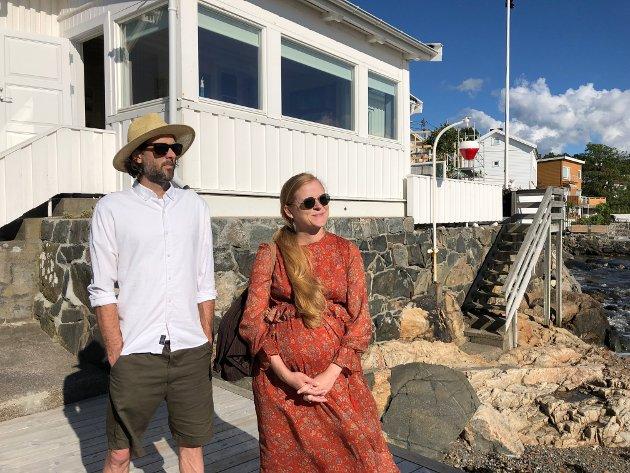 Vandringen startet i Strandveien 17. Her er paret Paul Hughson og Mari Bareksten på plass for å høre om dette stedet.