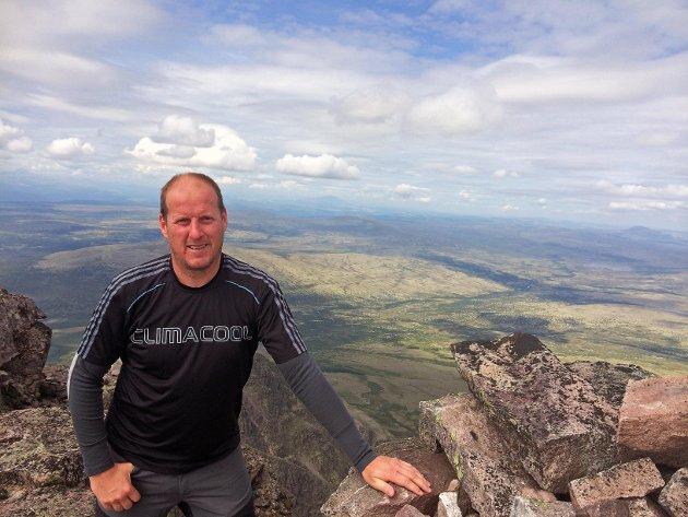 Fylkesråd Thomas Breen er selv fysisk aktiv og setter stor pris på å komme seg ut på tur. Her er han på toppen av Sølen i Rendalen.