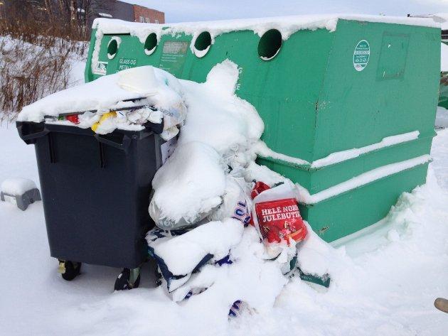 OVERFYLT: Søppelcontainer på Røros.
